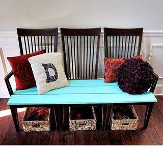 Диванчик из трех старых стульев позволит вернуть жизнь старым вещам и порадовать хозяев новым, необычным видом.
