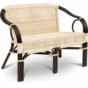 Двухместный плетеный мини-диван из натурального ротанга не боится влаги и перепадов температуры.