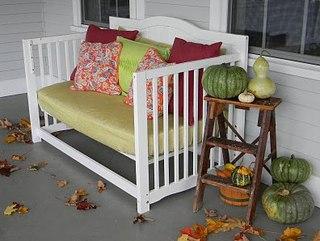 Небольшой уютный диван из старой детской кроватки. Здесь достаточно убрать одну стенку и немного укрепить боковушки.