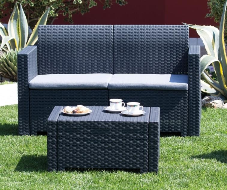 Пластиковый диван и столик с имитацией плетения – отличный выбор для открытой беседки.