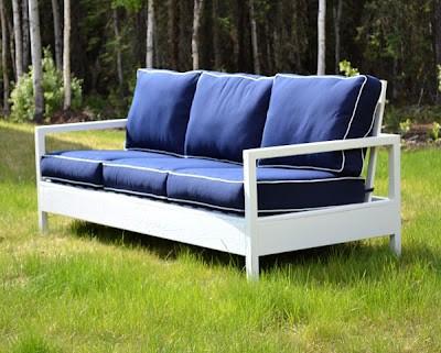 Простая модель дивана из доски и бруска с мягкими подушками.