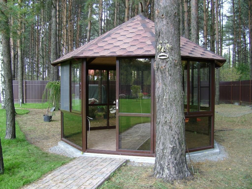 Многоугольная закрытая беседка из металлического профиля со стенами из прозрачного поликарбоната позволяет беспрепятственно любоваться красотами окружающей природы.