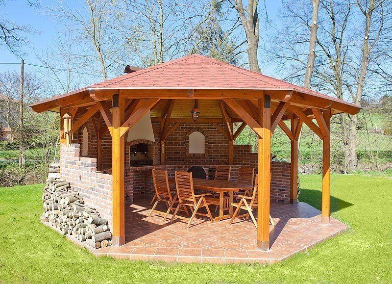 Открытая деревянная отделанная кирпичом беседка с барбекю – лучшее место отдыха с друзьями.