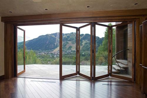 Складные раздвижные двери для террасы «гармошка».