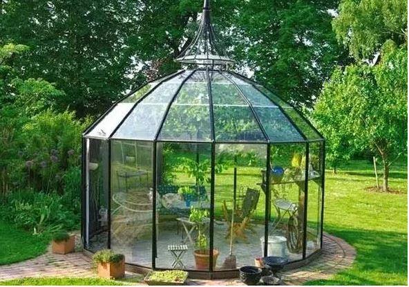 Главным украшением сада станет беседка необычной формы.