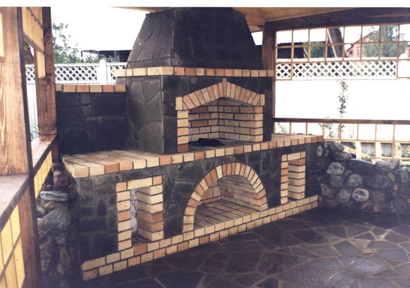 Кирпичный мангал, облицованный декоративной плиткой с имитацией природного камня.