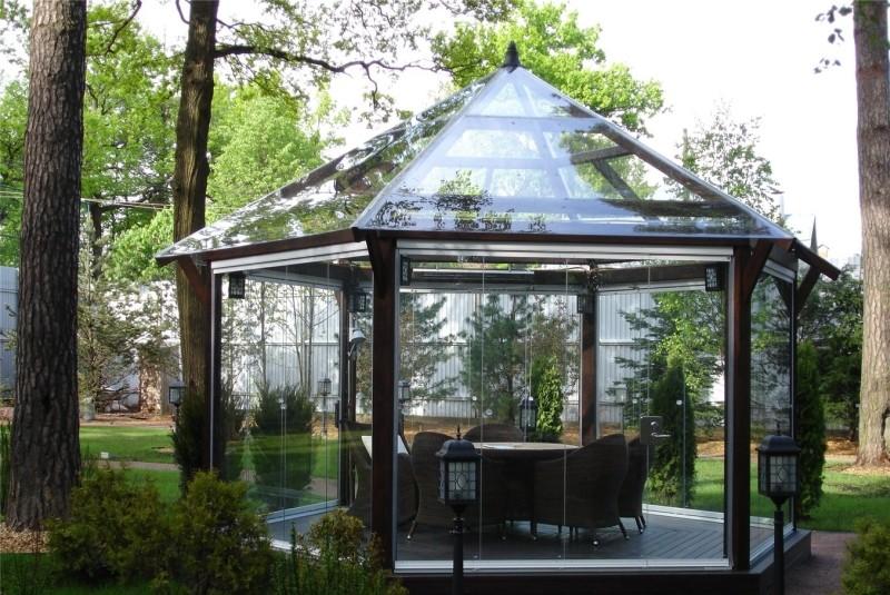 Легкие формы необычных беседок из алюминиевого профиля гармонично вписываются в ландшафтный дизайн загородного дома.