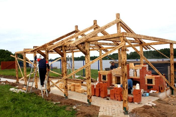 В описании, как построить самому садовую беседку, далее следует сооружение каркаса постройки.