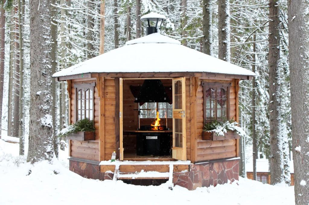 Закрытой деревянной беседкой с мангалом можно пользоваться и в зимнее время.