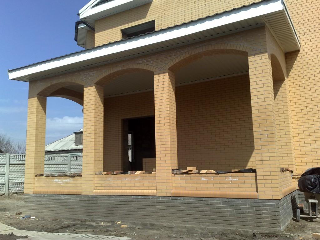Кирпичные колонны с арками для будущей веранды