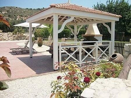 Когда строится беседка в саду своими руками, она может располагаться рядом с домом, либо на удалении.