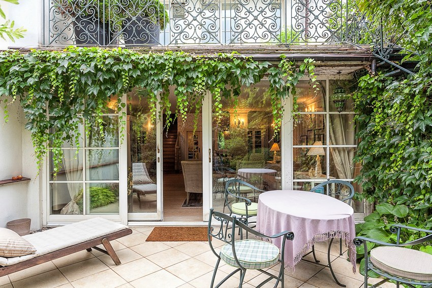 Снаружи стены веранды можно увить диким виноградом или декоративными лианами
