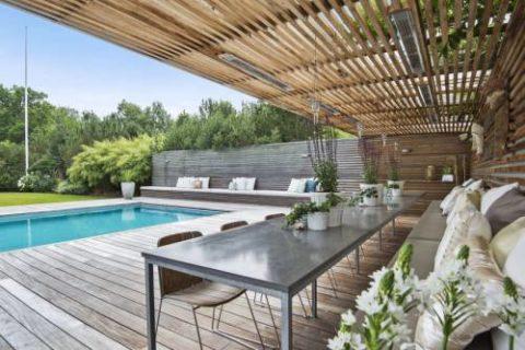 Терраса с видом на бассейн.