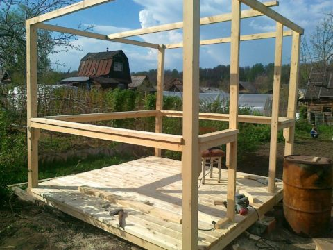 На следующем этапе инструкция требует установить несущие вертикальные конструкции.