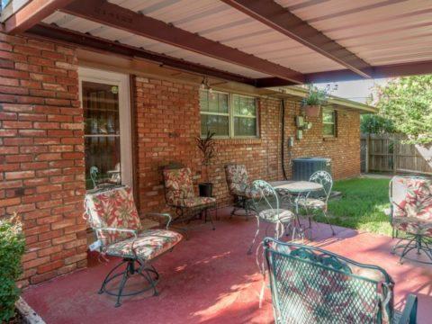 Если нет желания прятать мягкую садовую мебель в дом на время дождя, крыша необходима