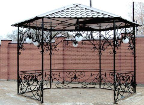 Фигурные, кованые конструкции – украшение любого загородного дома.