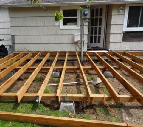 Деревянное основание из лаг, уложенных на бетонные столбики
