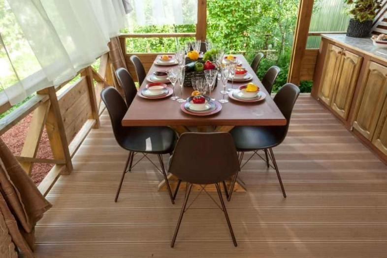 На ровный пол террасы можно поставить мебель с тонкими ножками