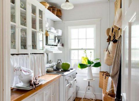 Белый цвет в интерьере узкого помещения визуально делает его шире