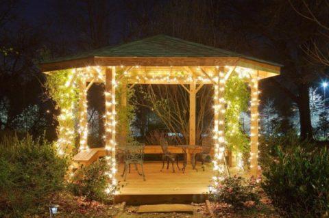 Если проявить фантазию, то в вечернее время беседка будет выглядеть как сказочный лесной домик
