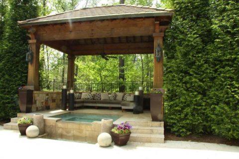 Капитальная беседка с небольшим бассейном Главное, чтобы беседка, построенная своими руками, сочеталась с другими постройками.