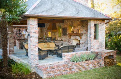 Кирпичная беседка с летней кухней и местом для отдыха