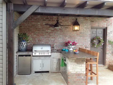 Кладка из кирпича в отделке кухонной мебели и стены дома
