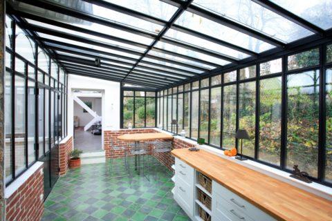 Крыша из стекла делает закрытое пространство светлее