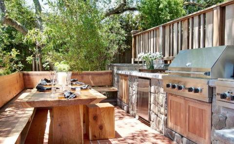 Лавки и массивный обеденный стол из натуральной древесины