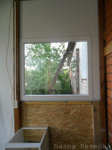 Облицовка стены над окном