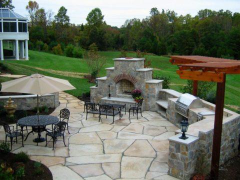 Организация места для приготовления и приема еды на открытой террасе из натурального камня