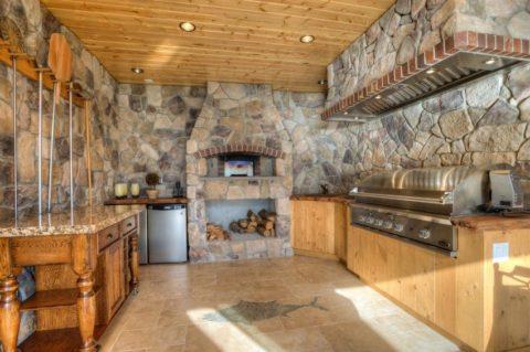 Печь из натурального камня на кухне