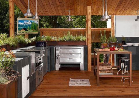 Сочетание натуральной древесины и металлических фасадов кухонного оборудования