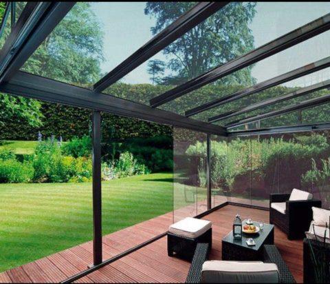Закрытая терраса с раздвижными стеклянными стенами