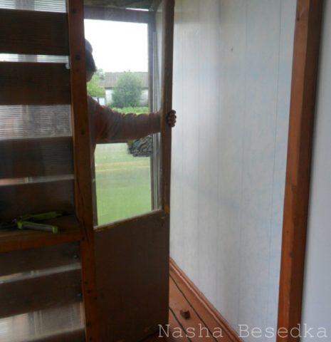Демонтаж старой деревянной двери