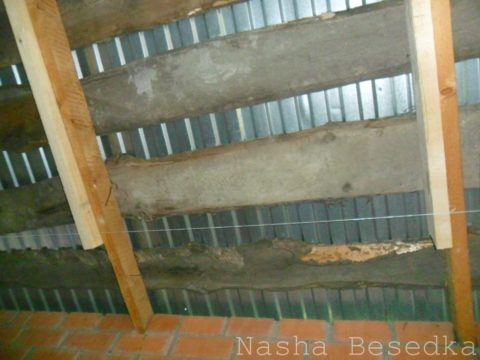 Вид снизу на потолок в холодной веранде