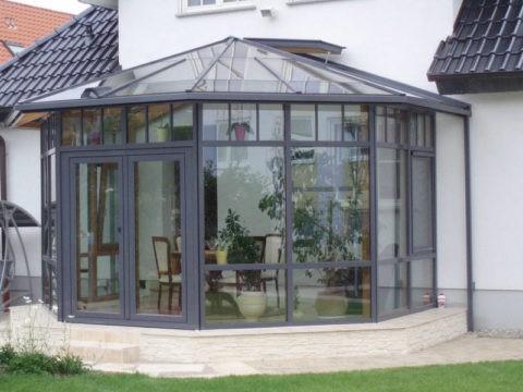 Алюминиевый профиль гармонично сочетается с фасадом частного дома