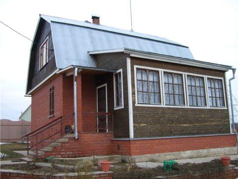 Частичное остекление веранды частного дома обеспечивает ее максимальное утепление