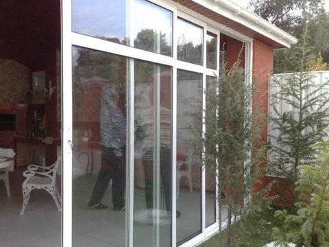 На фото показано остекление веранды при помощи конструкции с алюминиевым профилем