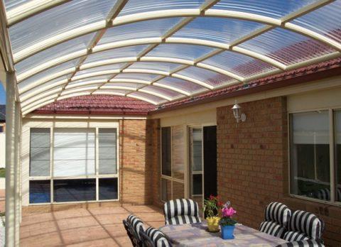 Остекление крыши веранды сотовым поликарбонатом