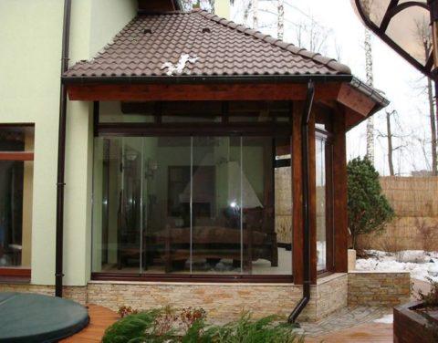 Остекленная веранда гармонично на фасаде здания