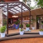 Оригинальная веранда: красивая остеклённая крыша, и глухие боковые стенки