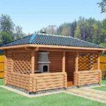 Деревянная конструкция с мангалом для отдыха