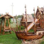 Мальчику больше подойдёт деревянный корабль или поезд