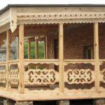 Деревянная резная пристройка к кирпичному дому