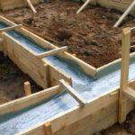 Изготовление ленточного основания – заливка бетона в опалубку