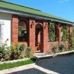 Надежное кирпичное строение является продолжением дома