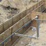 Монтаж трубопровода до заливки фундамента