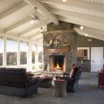 Камин делит функциональные зоны кухни и места для отдыха