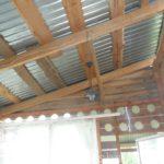 Неподшитый потолок и раскаляющаяся летом металлическая кровля